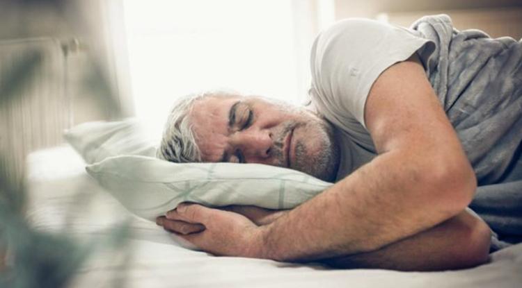 60-летний мужчина спит