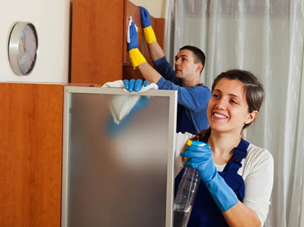 Муж и жена делают уборку дома