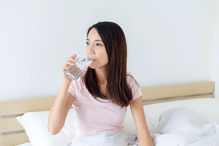 Девушка пьет воду перед сном