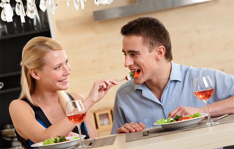 Жена кормит мужчину