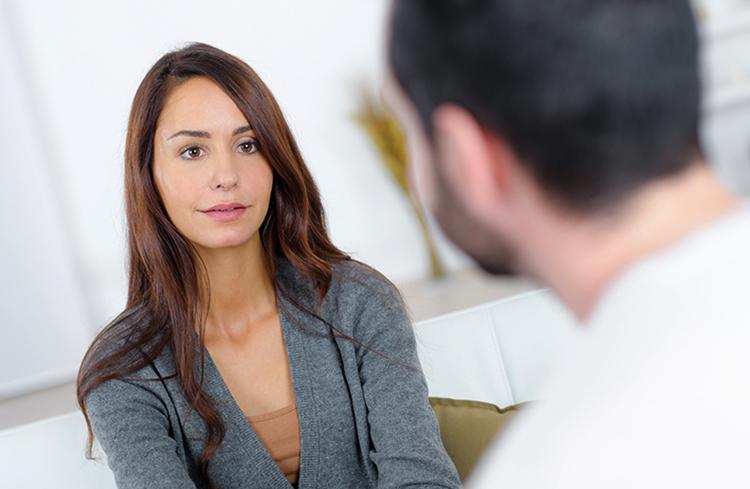 Женщина разговаривает с мужем