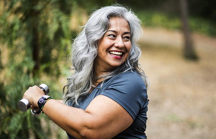 Женщина после 50 занимается спортом
