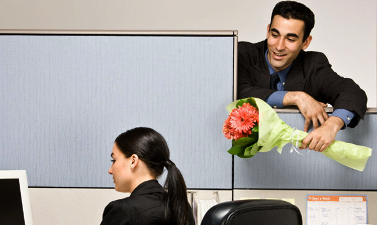 Мужчина с цветами на работе