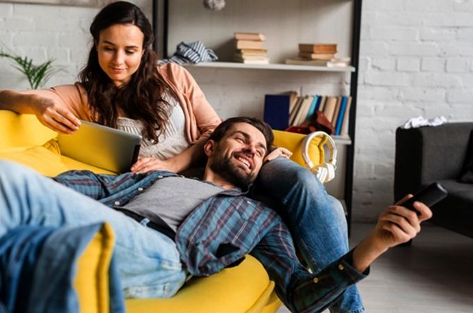 Муж и жена дома