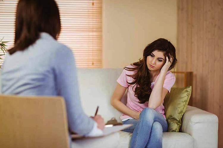 Женщина с психотерапевтом